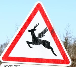 Verkehrsschild Wildwechsel, der Hirsch darauf hat Flügel