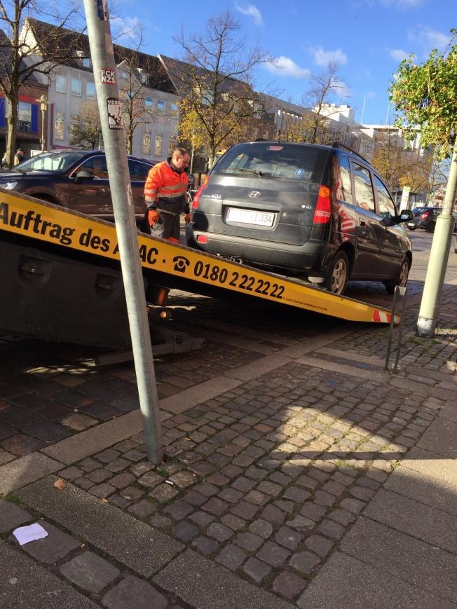 Falschparker wird aufgeladen